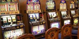 Il laisse son amie pousser le bouton d'une machine à sous, elle quitte le casino avec ses 100000$